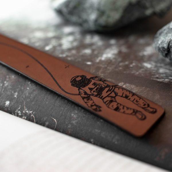 EDGAR-COSMOS- Marque page en cuir