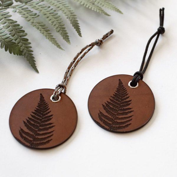 ALEX - Amulette en cuir Fougère - NEPTUUN