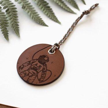 ALEX - Amulette en cuir COSMOS - NEPTUUN