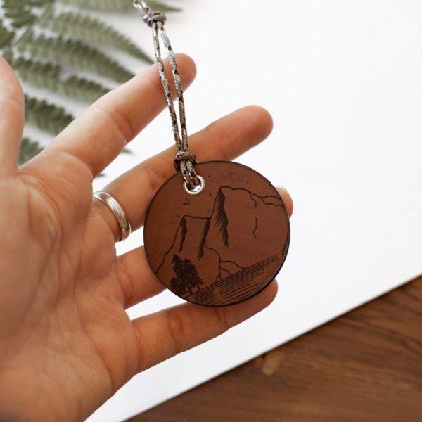 ALEX - Amulette en cuir MONTAGNE - NEPTUUN