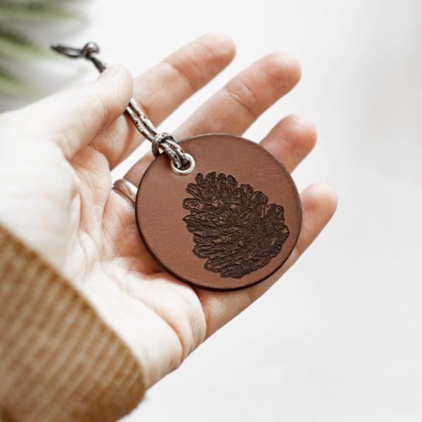 ALEX - Amulette en cuir - Pomme de Pin