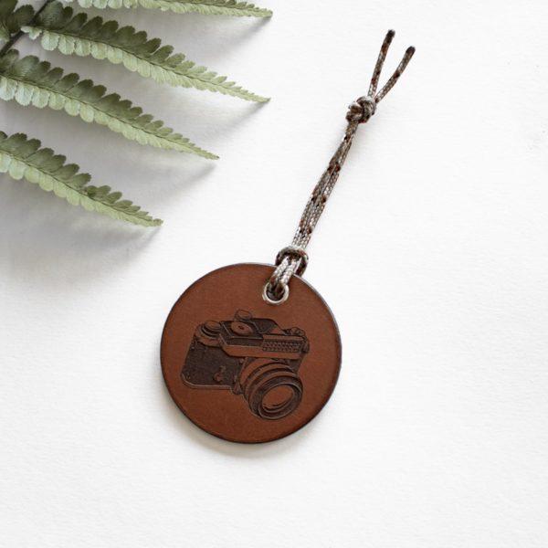 ALEX - Amulette en cuir - Photographe