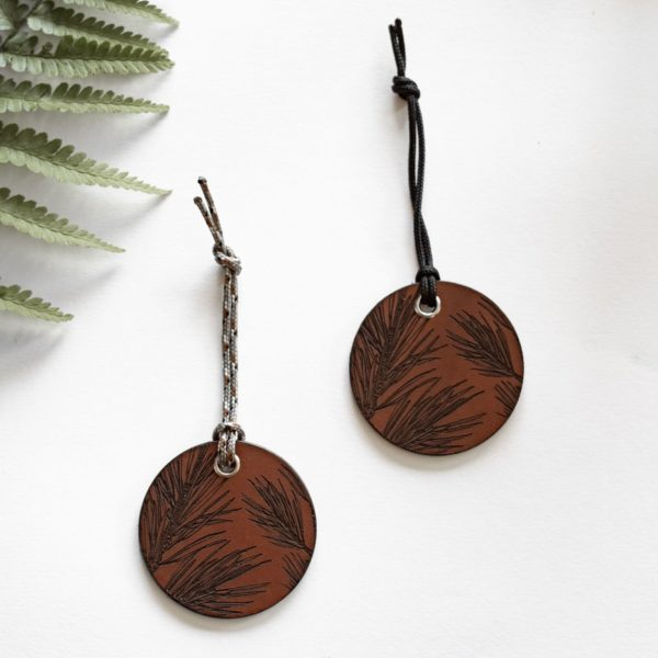 ALEX - Amulette en cuir - Sapin